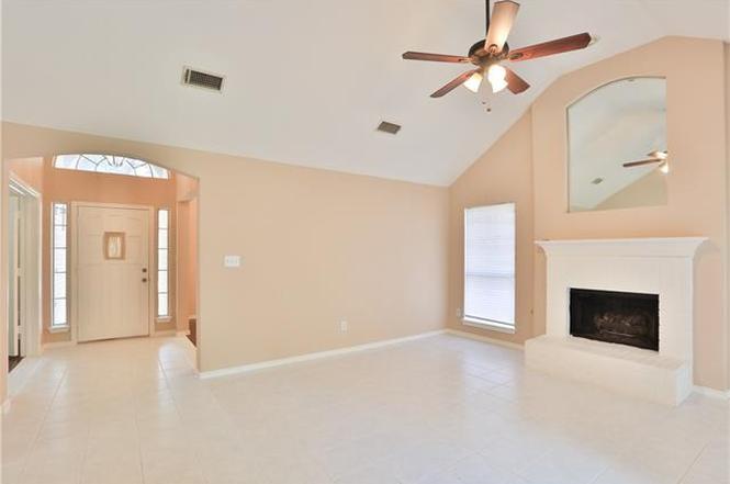 ホワイトを基調とした室内の壁、天井のペイント